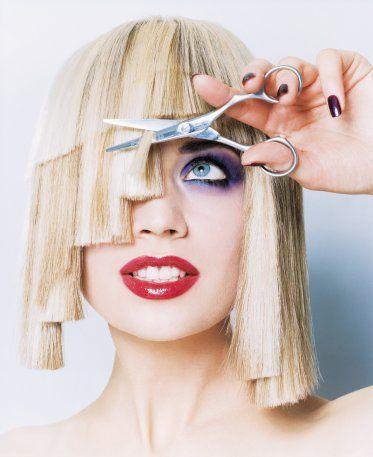 Hayır hayır! Asimetrik kaküllerin moda olması, onları kendinizin keseceği anlamına gelmiyor! Elbette bunu isterseniz kendiniz de yapabilirsiniz ama eğer daha önce böyle bir deneyiminiz olmamışsa, bu işi kuaförünüze teslim etmek çok daha akıllıca olur!